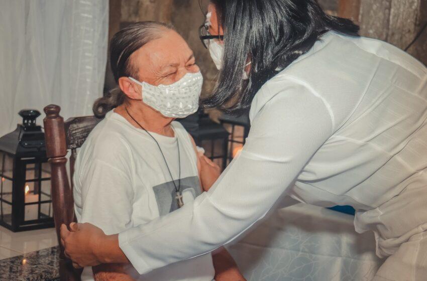 Dona Flora e Ranilda Santos são as primeiras a receberem a vacina em São Sebastião do Passé